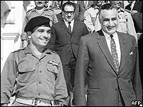 Rey Hussein de Jordania (izq.) y Abdel Gamal Nasser (der.)