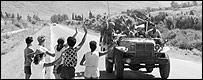 Mujeres israel�es saludan a los soldados