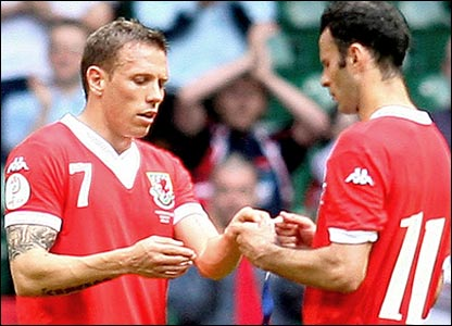 Ryan Giggs hands over to Craig Bellamy
