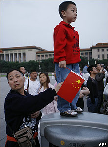 Young boy and other onlookers watch the flag-raising ceremony at Tiananmen Square - 04/06/07