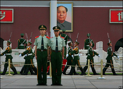 Chinese soldiers stand guard for the flag-raising ceremony in Tiananmen Square - 04/06/07