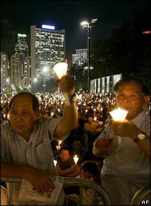 Participants in the candlelight vigil in Hong Kong - 04/06/07