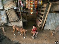 Un niño sentado en su casa en una calle de Managua, Nicaragua