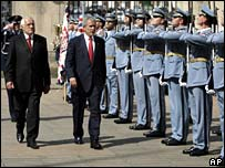 Czech President Vaclav Klaus and President Bush inspect guard of honour - photo 5 June