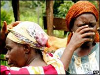 Mujeres llorando por asesinato de chofer en Nairobi