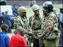 Patrulla policial en Nairobi