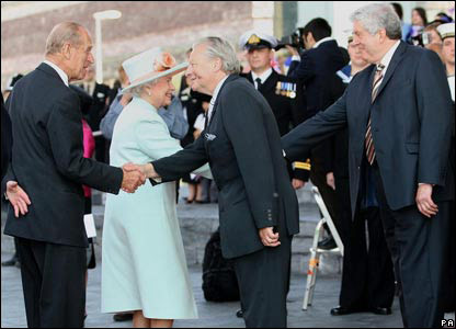 The Queen and the Duke of Edinburgh were met by Presiding Officer Dafydd Elis Thomas and First Minister Rhodri Morgan