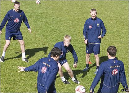 Steven Naismith chases the ball as Scotland train