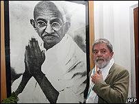 Lula, frente a un retrato de Mahatma Ghandi