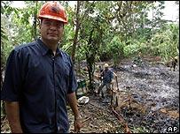 Rafael Correa, presidente de Ecuador, de visita en un campo petrolero