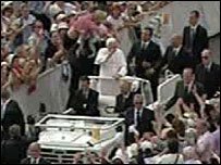Man tries to jump in Benedict XVI's popemobile