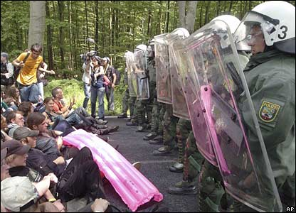 Protesters face German riot police near the venue of the G8 summit  (06-06-07)