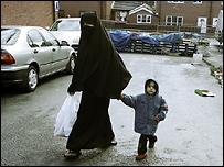 Мусульманская женщина с мальчиком