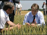 Виктор Ющенко во время поездки по Украине - фото с официального сайта президента Украины