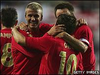 Beckham celebra con Owen su gol.