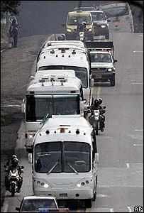 Autobuses trasladando a miembros de las FARC liberados por Colombia, el 5 de junio de 2007