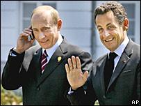 Президент России Владимир Путин (с телефоном), президент Франции Николя Саркози в Хайлигендамме, Германия, 7 июня 2007 года