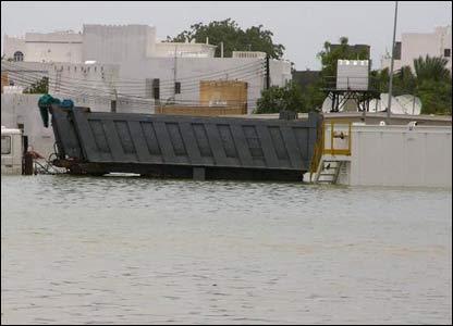 صور من إعصار غونو في سلطنة عمان ..... _43028663_picture10