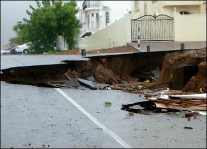صور من إعصار غونو في سلطنة عمان ..... _43028665_picture1