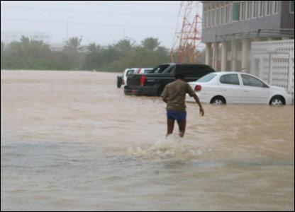 صور من إعصار غونو في سلطنة عمان ..... _43028667_picture2