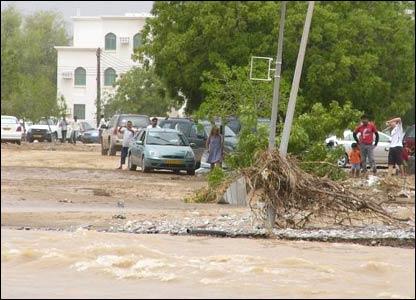 صور من إعصار غونو في سلطنة عمان ..... _43028673_picture5