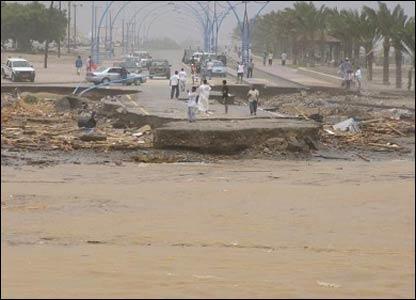 صور من إعصار غونو في سلطنة عمان ..... _43028675_picture6