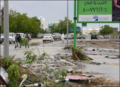 صور من إعصار غونو في سلطنة عمان ..... _43028677_picture7