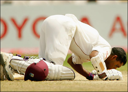 Chanderpaul kisses the ground after completing his century
