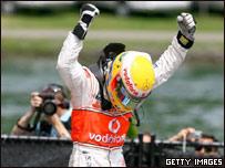 Lewis Hamilton celebra su primera victoria en la Fórmula Uno.