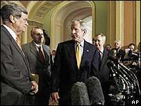 George W. Bush (centro) en rueda de prensa en Washington hablando sobre reforma inmigratoria