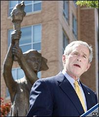 Президент США Джордж Буш во время церемонии открытия памятника в Вашингтоне