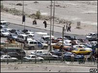 توقفت حركة المرور بينما هرع السائقون للعودة إلى منازلهم قبل بدء حظر التجوال في بغداد، 13 يونيو/حزيران 2007