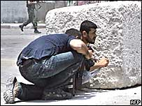 Palestinos se protegen durante un enfrentamiento