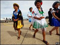 Mujeres en ropas tradicionales aguardan a los presidentes en Tarija