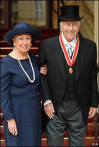 George Shearing sale del Palacio de Buckingham junto a su esposa