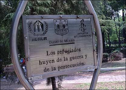 Placa con mensaje sobre los refugiados