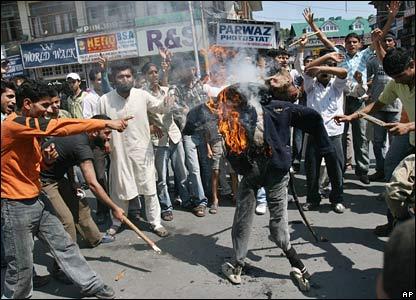 Kashmiri Shia Muslims burn effigy of Bush in Srinagar, India
