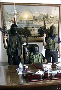 Milicianos de Hamas en la oficina personal del presidente palestino Mahmoud Abbas en Gaza