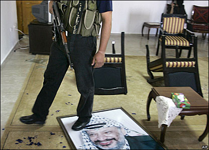 Militant steps on Arafat's portrait