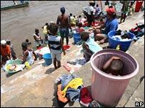 Desplazados colombianos lavando su ropa