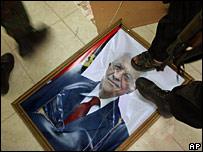 Milicianos de Hamas pisan una fotografía de Mahmoud Abbas