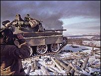 Un soldado ruso corrige el objetivo del tanque, que dispara contra Grozny, la capital de Chechenia / Foto de archivo