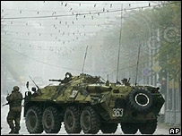 Un soldado junto a su tanque en una toma de rehenes en Nalchik, al sur de Rusia