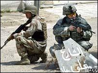 Soldados iraquíes y estadunidenses en patrulla.