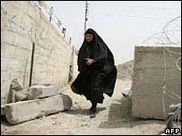 Una mujer huye durante un enfrentamiento en Bagdad.