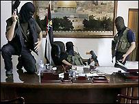 مسلحون من حماس بعد اقتحام المكتب الرئاسي لعباس في قطاع غزة - الصورة من أسوشييتدبرس