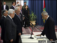 Salam Fayyad (right) is sworn in as prime minister by Palestinian President Mahmoud Abbas (17-06-07)