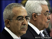 Salam Fayyad (left) stands alongside Palestinian President Mahmoud Abbas at the swearing-in ceremony (17-06-07)