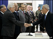 President Mahmoud Abbas shakes Salam Fayyad's hand at the swearing-in ceremony (17 June 2006)