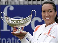 Jelena Jankovic with the DFS Classic trophy.